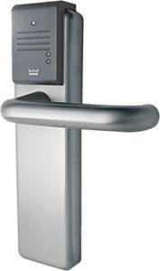 Dveřní zámek s vestavěnou čtečkou bezkontaktních identifikačních karet.